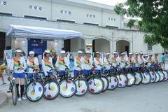 Cyklister annonserar för en händelse, Hanoi, Vietnam i 2010 royaltyfri bild