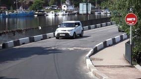 Cyklister, gångare och bilar som passerar över bron stock video
