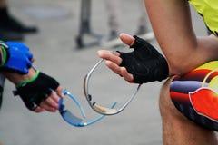 Cyklister håller skyddande exponeringsglas royaltyfri bild