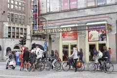 Cyklister i Amsterdam, Nederländerna arkivbilder
