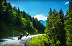 Cyklister i bergigt turnerar Royaltyfria Bilder