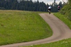 cyklister i en avståndssikt på en solig dag för sommar Fotografering för Bildbyråer
