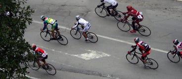 Cyklister i ett lopp Arkivbild