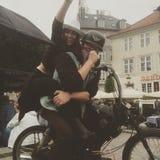 Cyklister i folkmassan Royaltyfri Foto