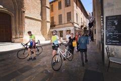 Cyklister i gammal stad Arkivfoto