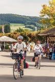 Cyklister i gatorna av Stein am Rhein Fotografering för Bildbyråer