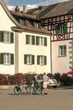 Cyklister i gatorna av Stein am Rhein Royaltyfri Bild