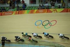 Cyklister i handling under för OSkvinnor för Rio de Janeiro 2016 värme 3 för runda för keirin för ` s först på Rio Olympic Velodr Royaltyfri Foto