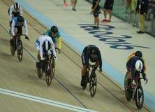 Cyklister i handling under för OSkvinnor för Rio de Janeiro 2016 värme 3 för runda för keirin för ` s först på Rio Olympic Velodr Fotografering för Bildbyråer