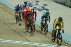 Cyklister i handling under för OSkvinnor för Rio de Janeiro 2016 värme 4 för runda för keirin för ` s först på Rio Olympic Velodr Royaltyfri Bild