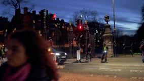 Cyklister i London på övergångsstället på skymning arkivfilmer