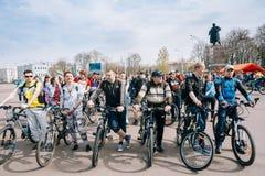 Cyklister i sportswearen för att cykla på öppningen av det cykla havet Royaltyfri Bild