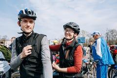 Cyklister i sportswearen för att cykla på öppningen av det cykla havet Arkivbilder