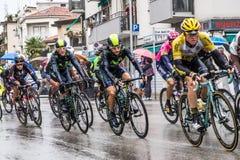 Cyklister konkurrerar i den 13th etappen av Postgirotd'Italiaen 2015 Arkivfoton