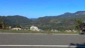 Cyklister på bergvägen stock video