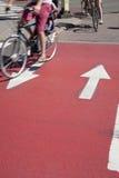 Cyklister på cykelgränd Arkivbilder