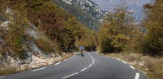 Cyklister på en bergväg i Alpesen-Maritimes Arkivbilder