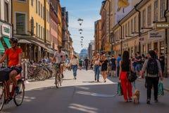 Cyklister på en fot- stadsshoppinggata Royaltyfria Foton