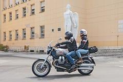 Cyklister på en Moto Guzzi Bellagio Royaltyfri Fotografi