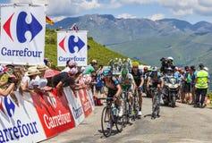 Cyklister på sänkan de Val Louron Azet Arkivfoto