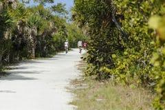 Cyklister på sandig slinga Arkivbilder