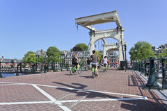 """Cyklister på det berömda """"magert överbryggar"""" i Amsterdam Arkivfoton"""