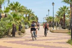 Cyklister på promenaden, Costa de Luz, Ayamonte, Spanien Royaltyfri Foto