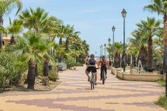 Cyklister på promenaden, Costa de Luz, Ayamonte, Spanien Fotografering för Bildbyråer