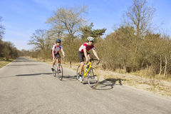 cyklister öppnar vägen Royaltyfria Bilder