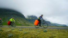 Cyklister reser vägarna av Island arkivfilmer
