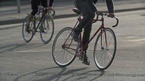 Cyklister rider fixiecyklar på stadsgatan Ekologiskt begrepp för stads- transport lager videofilmer