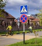 Cyklister rider på vägen Ryssland, Krasnodar, 26 september 2018 royaltyfri fotografi