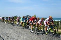 Cyklister rider under den Rio de JaneiroOS:en som 2016 cyklar vägkonkurrens av Rio de Janeiro 2016 OS i Rio de Janeiro Royaltyfria Bilder