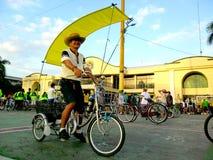 Cyklister samlar för en rolig ritt för cykel i marikinastaden, philippines Royaltyfria Bilder