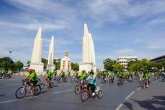 Cyklister sammanfogade den FRIA DAGEN 2014 för den BANGKOK BILEN Arkivfoto
