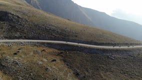 Cyklister som kör till och med berg stock video