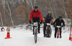 cyklister som konkurrerar bergracen Arkivfoton