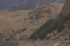 Cyklister som reser i bergen av Georgia härlig natur livsstil Royaltyfri Bild