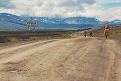 Cyklister som reser i bergen av Georgia härlig natur livsstil Arkivbild