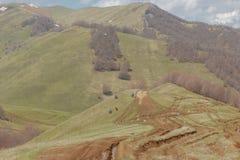 Cyklister som reser i bergen av Georgia härlig natur livsstil Royaltyfri Fotografi