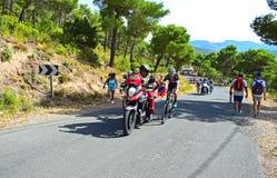 Cyklister som rymmer på motorcykelLa Vuelta España Arkivbild