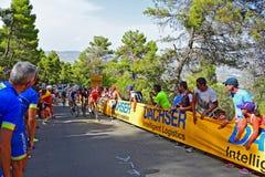Cyklister som springer upp ett lopp för kulleLaVuelta España cirkulering royaltyfria foton
