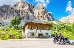 Cyklister som turnerar europeiska fjällängar, Italien Arkivfoton
