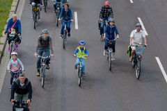 Cyklister ståtar i Magdeburg, Tyskland f.m. 17 06 2017 Ritten för många personer cyklar i centrum Barn är aktivt involverade Royaltyfria Foton