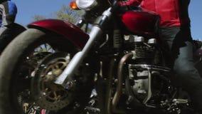 Cyklister ståtar och visar Nattvarger MG Ryssland stock video