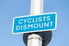 Cyklister stiger av Arkivfoto