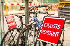 Cyklister stiger av Royaltyfri Foto