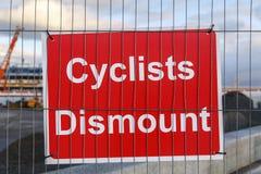 Cyklister stiger av tecknet bredvid en konstruktionsplats Royaltyfri Bild