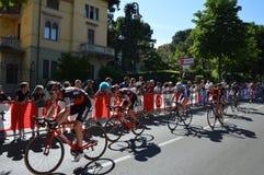 Cyklister tar delen till den 15th etappen av ` Italia för Postgirot D nära ankomst i den Bergamo etappen i den 100. upplagan av ` Arkivfoto