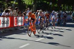 Cyklister tar delen till den 15th etappen av ` Italia för Postgirot D nära ankomst i den Bergamo etappen i den 100. upplagan av ` Arkivbilder